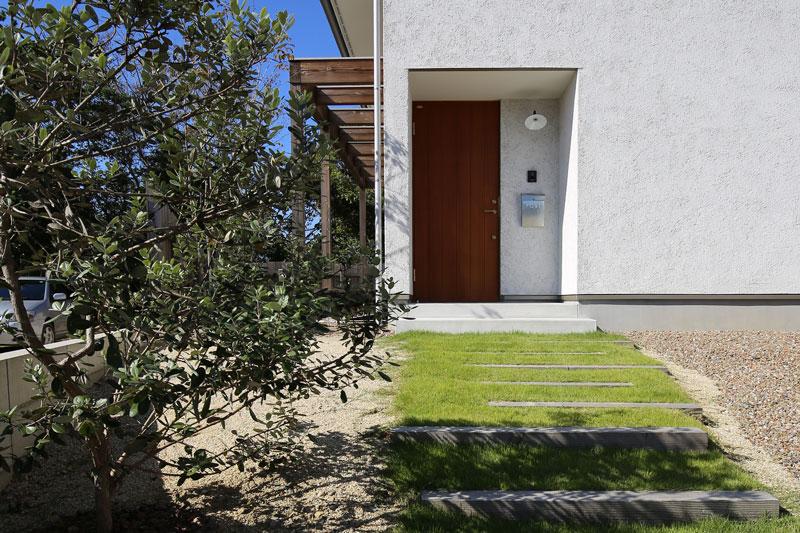 芝生のある玄関アプローチ